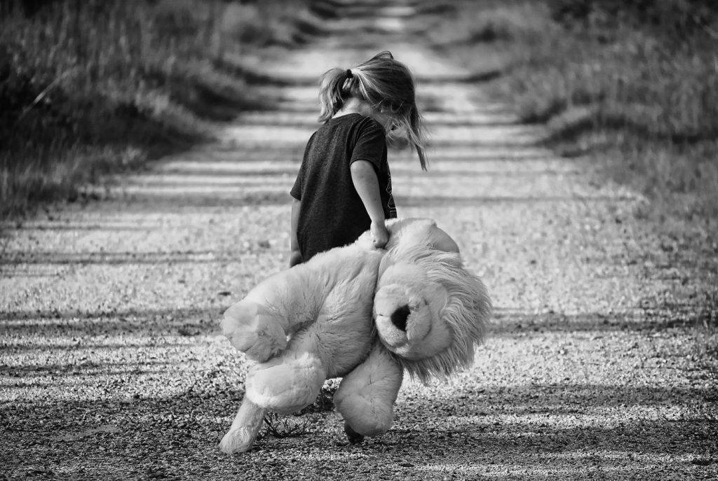Mädchen mit Teddy allein