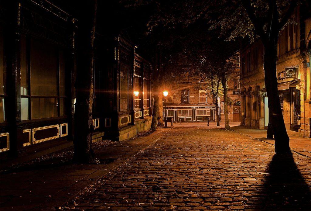 Leere Straße nachts