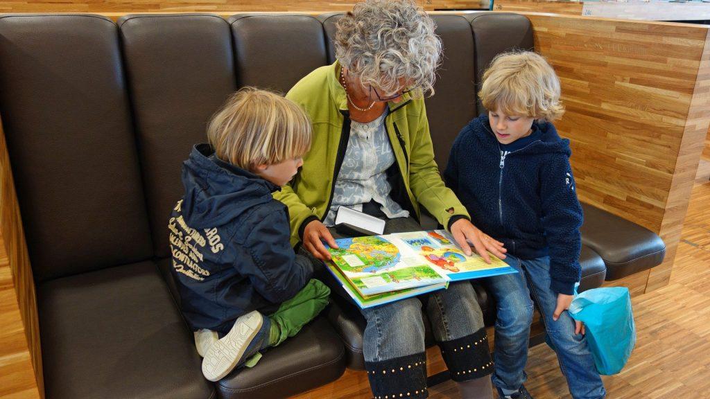 Großmutter liest vor